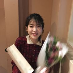 Gifs by IUmushimushi Wallpaper by IUmushimushi Am so happy to have met IU in HK on 20140322 and got her autograph! ^o^ IU FAQ How to join U-ana. Iu Twitter, Brown Aesthetic, Cute Poses, Fandom, Feel Tired, Feeling Happy, Ulzzang Girl, K Idols, Korean Singer