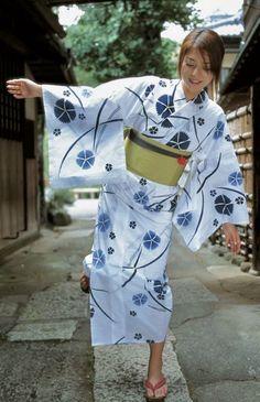 Japanese Yukata, Japanese Costume, Japanese Outfits, Yukata Kimono, Kimono Dress, Beautiful Japanese Girl, Beautiful Asian Girls, Geisha, Myanmar Women