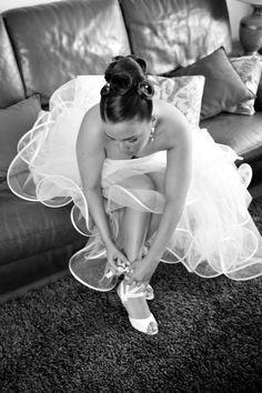 Dans nos mariées de cette semaine,  notre mariée porte une robe courte et longue bustier en satin duchesse et tulle accompagnée de sa jupe bouillonnée de volutes transparentes gansées de satin signée Suzanne Ermann. Suzanne-ermann.com