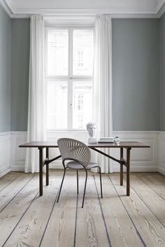 Table 6284 designed by Børge Mogensen. Trinidad Chair designed by Nanna Ditzel. Desk design by Fredericia. Ikea Interior, Modern Interior, Table Design, Chair Design, Furniture Design, Studio Table, Beautiful Interior Design, Oak Table, Living Furniture