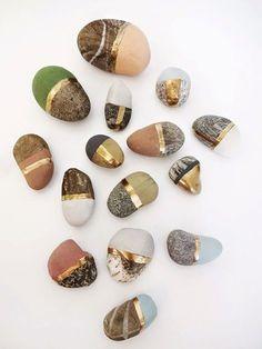 Det finns så mycket fint att inspireras av. Har plockat ihop några av mina favoriter nu till sommaren.  Man blir verkligen sugen på att samla på vackra stenar och dekorera dem med guld och...