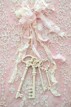 Lovely and Shabby Chic Keys. #shabbychicfurniture #DIYHomeDecorShabbyChic