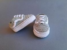 Baby crochet sneakers, Adidas style, white/red color Babyhäkelschuhe im Vans-Stil Crochet Converse, Crochet Baby Shoes, Crochet Baby Clothes, Crochet Slippers, Sneakers Vans, Baby Sneakers, Sneakers Style, Boy Shoes, Cute Shoes
