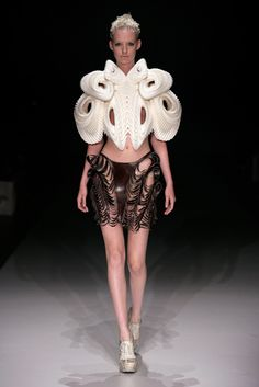 Crystallization by Iris van Herpen, Daniel Widrig and .MGX by Materialise, Amsterdam International Fashion Week. 3d Fashion, Weird Fashion, Fashion Prints, High Fashion, Fashion Show, Fashion Design, Geometric Fashion, Fashion Images, Fashion Details