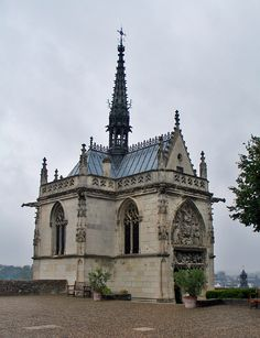 Château d'Amboise, chapel of Saint Hubert where Leonardo Da Vinci is buried...people left flowers every day!!!