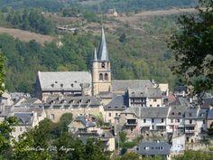 """Eglise gothique XVIème siècle au clocher """"flammé"""" ou tors de Saint-Côme-d'Olt Plan Hotel, France, Saint, Mansions, Country, House Styles, Places, Auvergne, City Office"""