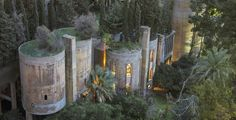 Resplendent Old Factory in Spain by Ricardo Bofill  Ricardo Bofill is a spanish architect who has realized the Walden7 of Barcelona or the 77West Wacker Drive of Chicago. Recently he made talk about him not for a construction but for a renovation of an abandoned factory near Barcelona inside he realized an impressive retro-futuristic house.             #xemtvhay