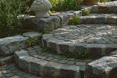 Garden Stairs - Step by Step to the Safe Stairs - HAZ - Hannoversche Allgemeine (Diy Garden Rocks) Diy Garden, Garden Paths, Garden Projects, Luxury Landscaping, Garden Landscaping, Pool Shade, Boulder Retaining Wall, Garden Stairs, Wood Pergola