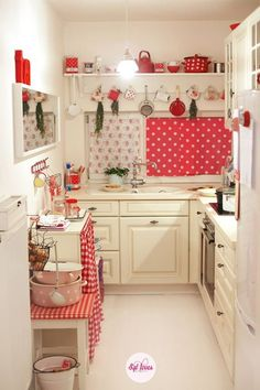 Retro Küchen Ideen Kitchen Decoration red kitchen ideas for decorating Red And White Kitchen, Red Kitchen, Country Kitchen, Kitchen Colors, Doll House Kitchen, Kitchen Things, Cute Kitchen, Kitchen Ideas, Kitchen Small