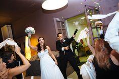 El banquet de la boda va ser una festa. Fotografia de boda al Penedes, Masia La Torre del Gall. Boda entre les vinyes. Boda entre Barcelona i Tarragona
