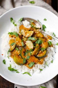 Rotes Thai Curry mit Zucchini! Schnell, vollgepackt mit Kokosmilch, roter Currypaste und Koriander. Perfekt! - Kochkarussell.com