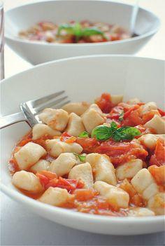 Gnocchi w/ Roasted Tomatoes. Homemade gnocchi with a roasted tomato sauce! Gnocchi Recipes, Pasta Recipes, Dinner Recipes, Cooking Recipes, Healthy Recipes, Vegetarian Recipes, Roasted Tomato Sauce, Roasted Tomatoes, Think Food