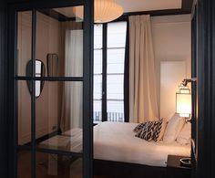 Dans un appartement parisien, un projet qui se caractérise par la recherche de style autour d'une ambiance douce, du souci des détails, et d'un parti-pris de couleurs.