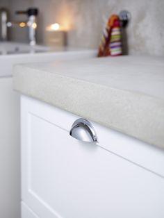 Logic tvättställskåp med specialtillverkad bänkskiva i putsad betong. De lantliga lådbeslagen blir en fin kontrast mot betongen. | GUSTAVSBERG