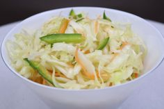 Du planst mit Freunden eine kleine Grillparty und suchst noch nach einem einfachen Krautsalat Rezept. Kein Problem, denn in meinem heutigem Rezept Beitrag habe ich für dich einen köstlichen Krautsalat mit Karotten und Paprika. Der wunderbar zu gegrillten Fleisch oder Fisch serviert werden kann.