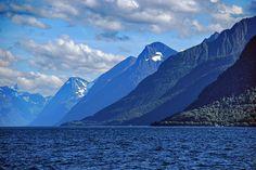 Fjell i fjord -|- Mountains in fjord | por erlingsi