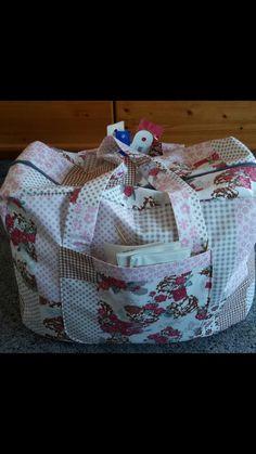 Eine selbst entworfene Riesentasche für meine Wolle, Strick- und Häkelnadeln.