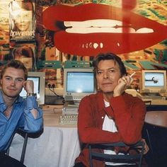 the most random pairing, but he looks so adorable here repost: David Bowie Pictures, David Bowie Born, Bowie Starman, Bright Stars, Popular Music, I Icon, Record Producer, My Music, My Idol