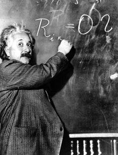 Albert Einstein escribe la ecuación de la Teoría de la Relatividad Especial (anterior a la General), en la pizarra del Observatorio Wilson de Pasadena (California, EE UU) en 1931