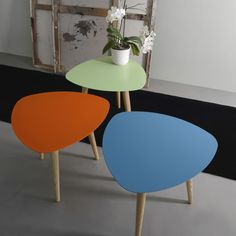 Mesa de centro de Meme Design. Sobre de metal a elegir color y patas en madera de fresno sólido. ¡Pisa fuerte con Nord!