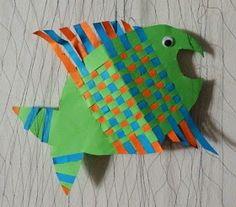Teimme toisen luokan oppilaiden kanssa paperikudontakaloja. Vaikka kalat tehtiin samalla kaavalla, niistä tuli ihanan ilmekkäitä ja persoona...
