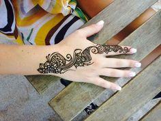 tatouage main et index femme: arabesque floral au henné
