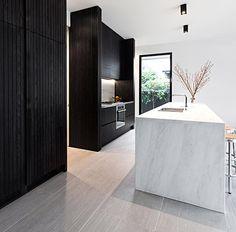 Modern black and white kitchen Condo Miami, Black Kitchens, Home Kitchens, Kitchen Black, Kitchen Modern, Open Kitchen, Timber Panelling, Interior Architecture, Interior Design