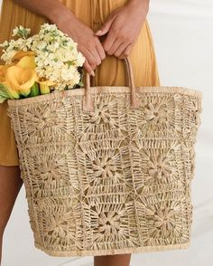 Fill the Lulus Barela Beige Woven Straw Basket Tote with all your essentials and head to the beach! This chic, oversized tote features a woven floral pattern. Summer Purses, Summer Bags, Mode Crochet, Straw Handbags, Beach Tote Bags, Straw Beach Bags, Knitted Bags, Crochet Bags, Straw Tote