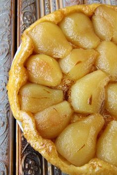 French Dessert Recipe: Pear Tarte Tatin - jó recept, a cukornak elég a Pear Recipes, Fruit Recipes, Fall Recipes, Sweet Recipes, Cooking Recipes, Desserts Français, Delicious Desserts, Yummy Food, Plated Desserts