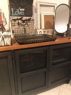 RACK  Estrutura  em ferro e chapa de aço carbono Tingidos com tinta automotiva PU na cor grafite.  Tampos das portas de tela metálica perfurada, também tingidos na cor grafite. Tampo de madeira Cedrinho,  com acabamento verniz automotivo fosco. 1,80larg x 80alt x 45prof Rack, 1, Home Appliances, Screen Door Hardware, Wire Mesh, Painting Veneer, Iron, Top Coat, Ink