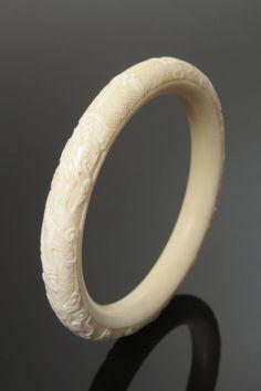 Armreif Elfenbein geschnitzt, Japan, späte Meiji-Zeit, runde Form D 8,5cm
