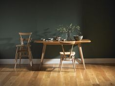 Residing with colours - wall colours and furnishings in darkish colours from nature - Room Design Ercol Chair, Ercol Furniture, Fine Furniture, Dining Room Furniture, Room Chairs, Furniture Design, Dining Chairs, Dining Table, Kitchen Dining