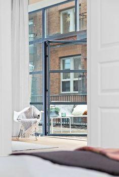wundervoll, die hohen Fenster mit grauem Rahmen