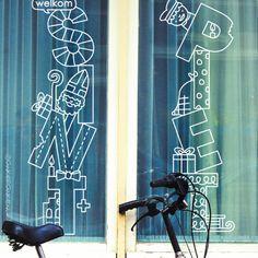 Welkom Sint en Piet raamtekening voor dubbele ramen Welcome Sint and Piet window drawing for double windows with a bag of Sinterklaas, gifts, sleigh, candles and everything else that makes winter so cozy. Back To School Art, Stencils, Double Window, Illustration Noel, Chalk Drawings, Chalk Markers, Name Design, Fun Activities For Kids, Chalkboard Art
