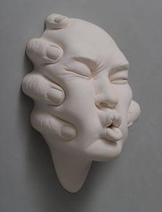 Porzellan ist ein Material, das uns vertraut ist – weil unsere Teller, Tassen und anderes Geschirr daraus gemacht sind. Dass sich Porzellan auch gut dafür eignet, eine künstlerische Vision zum Ausdruck zu bringen, zeigt Johnson Tsang sehr eindrucksvoll. Fü