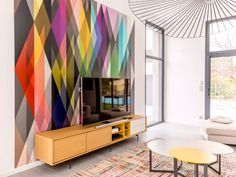 Un panoramique façon Arlequin dans un salon coloré