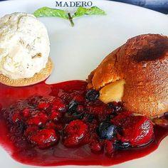 Petit Gâteau de Doce de Leite com Sorvete artesanal de vanilla e calda de frutas vermelhas... sensacional!#Madero #Sobremesa #PetitGateau #Sorvete #IceCream #Dessert #Artesanal #LaysaDurski @JuniorDurski :: Imagem por @jonvilela