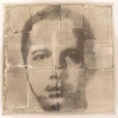 Oscar Munoz, Protographies au Jeu de Paume. Oscar Muñoz, Narcisos (en proceso), [Narcisses (en cours)], 1995–2011, Poussière de charbon et papier sur eau, plexiglas, 6 éléments, 10 x 50 x 50 cm chaque, dimensions de l'ensemble : 10 x 70 x 400 cm. Courtesy de l'artiste