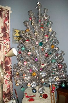 Tinselmania: 221 vintage aluminum Christmas trees  Retro Renovation