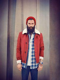 Le pêcheur nordique. Un exemple-type de layering bien exécuté : un rappel de couleur entre le bonnet et la veste. Le contraste de couleur avec la chemise de bûcheron offre une allure plus décontractée à l'ensemble de la tenue. #modehomme #streetstyle #inspiration #workwear #bonnet