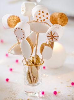 Des chamallows décorés en brochettes