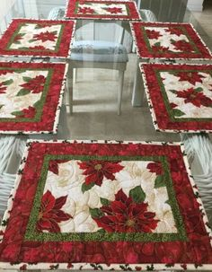 Quilted Table Runners Christmas, Christmas Placemats, Table Runner And Placemats, Table Runner Pattern, Christmas Quilting Projects, Christmas Sewing, Handmade Christmas, Quilted Placemat Patterns, Poinsettia