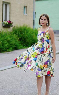 Blogilöytö! Upea Cavallin kangas muuttui kesämekoksi lahjakkaan Amaian toimesta. Cavalli crepe -kangas 19,90/m, neljä värivaihtoehtoa. www.stadinstyle.helsinkids.fi/dress/summer-dress/