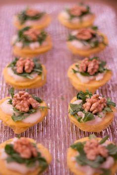Polentine-finger-food-con-gorgonzola-caldo-rucola-e-noci1