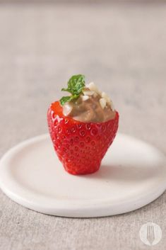 Strawberries filled with a chocolate flavoured yoghurt mousse! Adorable little treats - perfect for your next dinner party. Healthy Sweet Treats, Healthy Snacks, Chocolate Flavors, Chocolate Desserts, Strawberry Filling, Granola, Strawberries, Sweet Recipes, Mousse