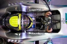 f1  Nico #Rosberg sentado en el #habitáculo de su #Mercedes