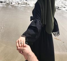 Cute Couples Photography, Muslim Couple Photography, Girl Photography Poses, Cute Muslim Couples, Muslim Girls, Cute Couples Goals, Stylish Girls Photos, Stylish Girl Pic, Stylish Hijab