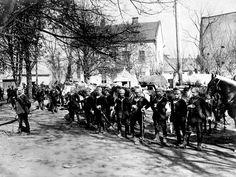 Un alto en el camino. Soldados alemanes de caballería, descansan en un pueblo de Francia, frente occidental.