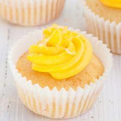 Lockere, cremige und erfrischende Zitronenmuffins mit Frischkäse-Frosting - mit diesem Rezept für Lemon Cupcakes holt man sich den Sommer auf den Teller!