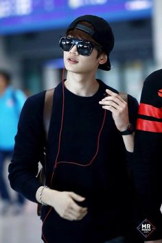 Really happy about choi minho's hair lol airport fashion pic.twitter.com/5gzwPfADbU